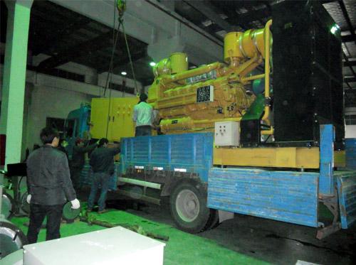 威海房地产1000KW发电机组成功装车 发货现场 第1张